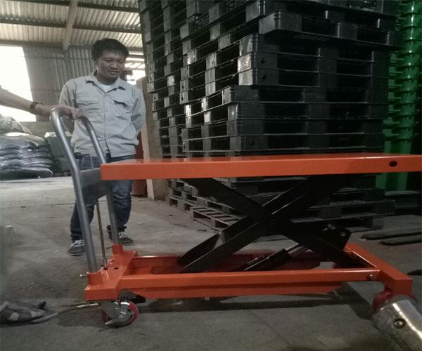 xe nâng mặt bàn 750kg 800kg